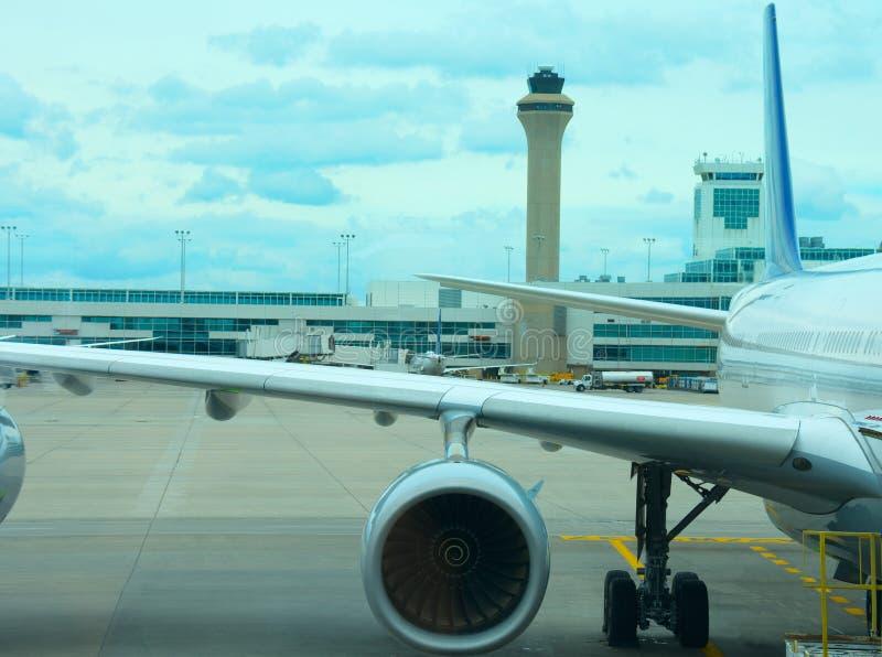 De close-up van het lijnvliegtuigvliegtuig op tarmac met de toren van de luchtverkeerscontrole op achtergrond royalty-vrije stock fotografie