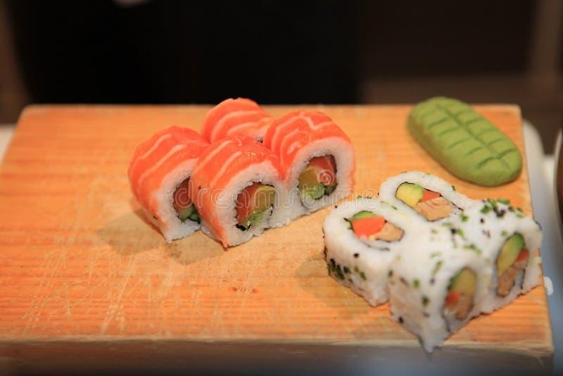 De close-up van het sushibroodje op houten raad royalty-vrije stock afbeeldingen