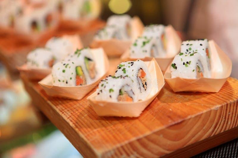 De close-up van het sushibroodje op houten raad stock foto's