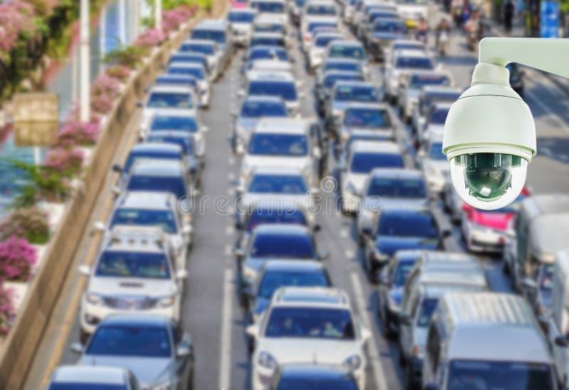 De close-up van kabeltelevisie-veiligheidscamera op samenvatting vertroebelde foto van opstopping met spitsuur op de weg in de gr royalty-vrije stock afbeelding