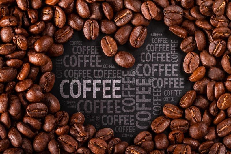 De close-up van koffiebonen op zwarte achtergrond royalty-vrije stock foto's