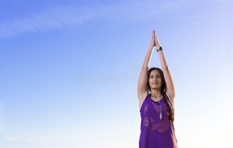 De close-up van mooie jonge vrouw in yogagebed stelt stock afbeeldingen