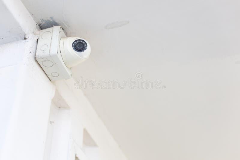 De close-up van televisiecamera of kabeltelevisie met gesloten circuit en de doos controleren op wit concreet plafond stock afbeeldingen