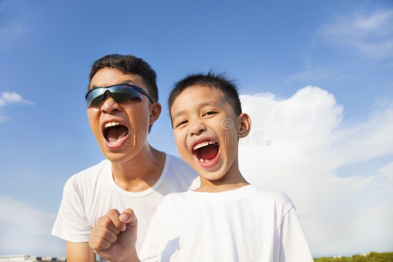 De close-up van vader en de zoon schreeuwen in openlucht in royalty-vrije stock fotografie