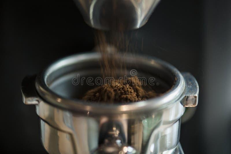 De close-up van verse malende koffie rosted in het koffiehuis stock foto