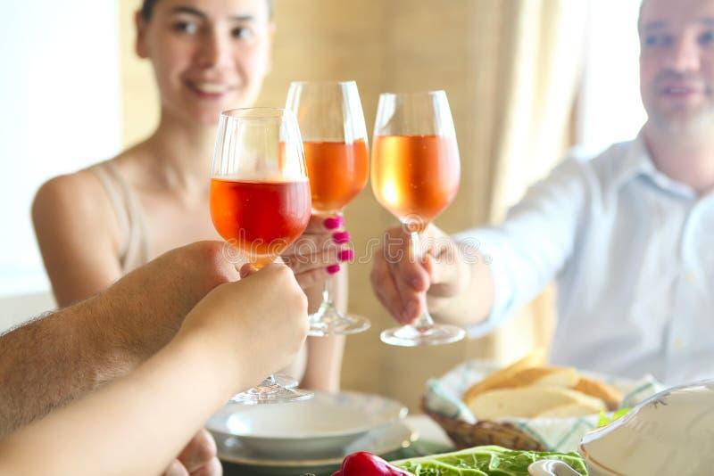 De close-up van vier glazen met roze wijn die clinked samen zijn stock foto's