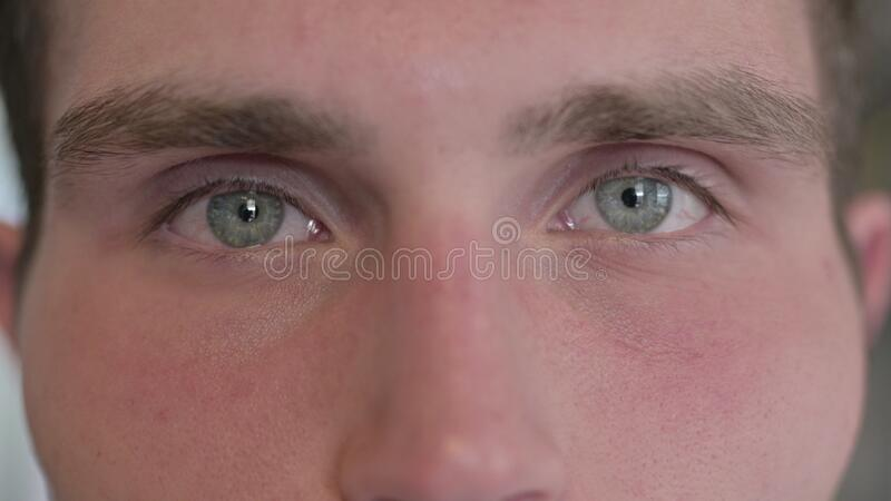 De close-up van Young Man Blinking Eyes in camera stock foto's