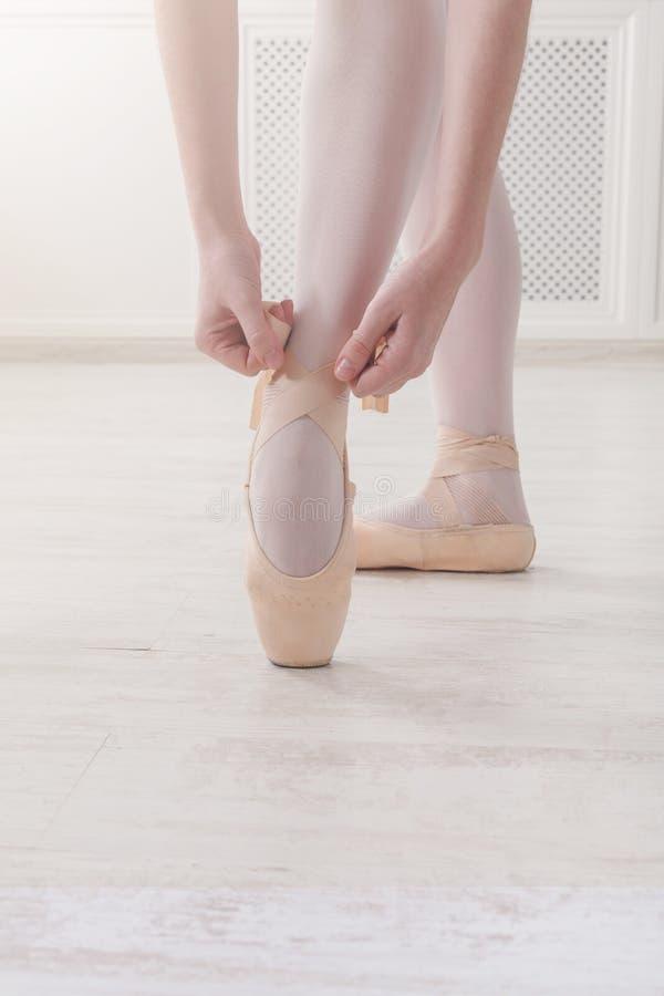 De close-upbenen van ballerina zet op de schoenen van het pointeballet stock foto's