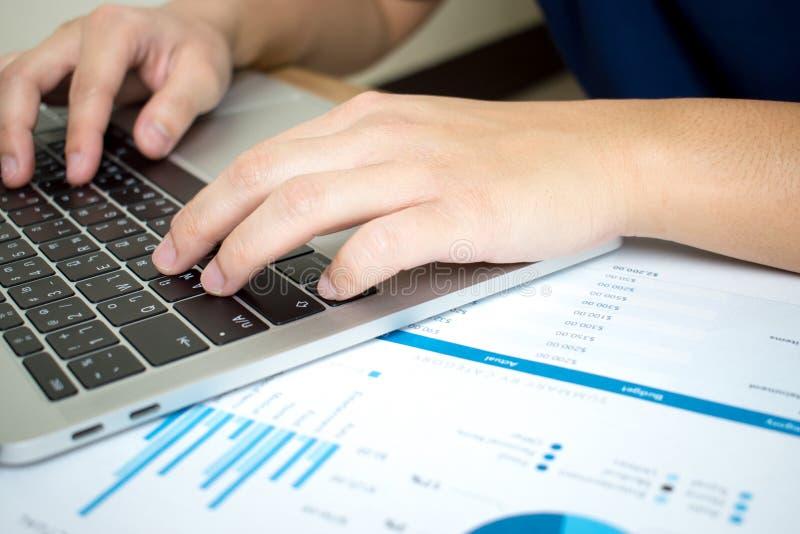 De close-upfoto's van zakenlieden analyseren ernstig grafieken in financieel document Bedrijfs concept royalty-vrije stock foto