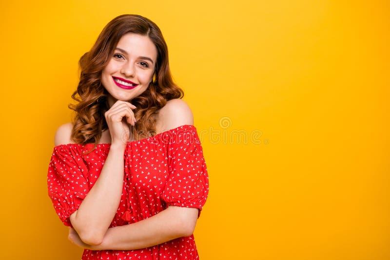 De close-upfoto van de mooie hand van de dameholding op de rode kleding van de kinslijtage met open schouders isoleerde gele held stock fotografie