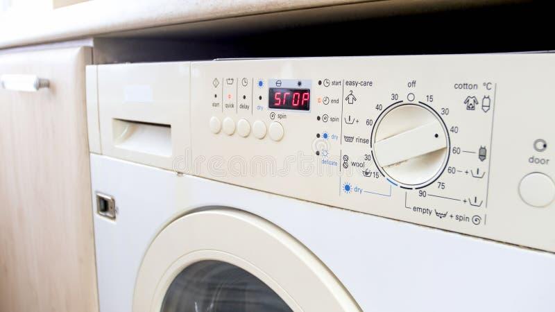 De close-upfoto van wasmachine digitale vertoning toont aan dat de wasserij gebeëindigd is royalty-vrije stock foto