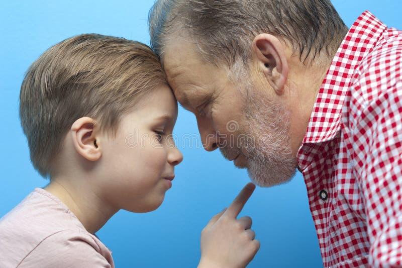 De de close-upgrootvader en kleinzoon kijken dicht royalty-vrije stock afbeeldingen