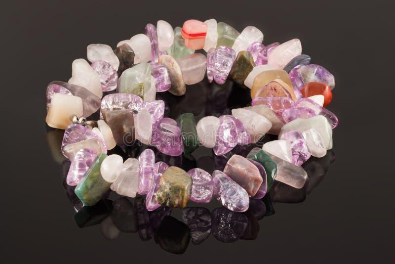 De close-uphalsband van kristallen van amethist, fluoriet, jaspis en nam kwarts toe stock fotografie