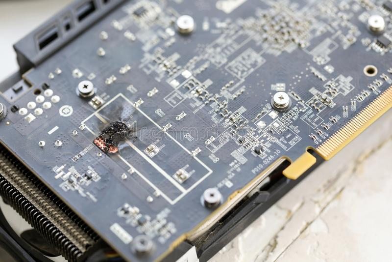 De close-upmening van beschadigde grafische adapter brandde zich na houwer uit stock fotografie
