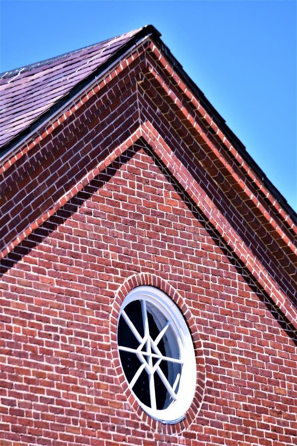 De close-upmening van het dakpiek van de de 18de eeuw wollen molen plaatste in de landelijke stad van Harrisville, New Hampshire, stock fotografie