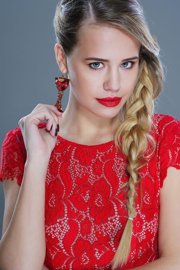 De close-upportret van de maniervrouw met rode lippenstift royalty-vrije stock afbeelding