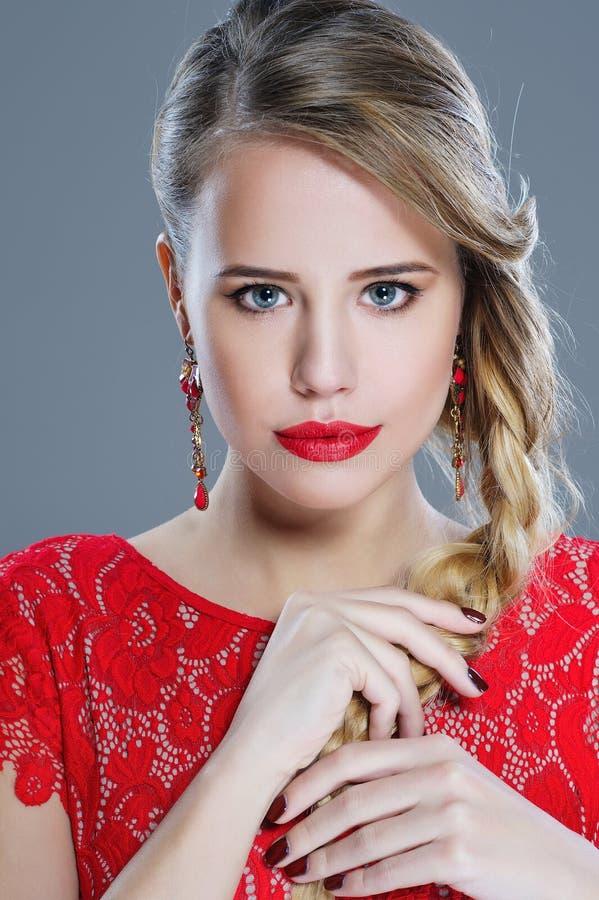 De close-upportret van de maniervrouw met rode lippenstift stock afbeeldingen