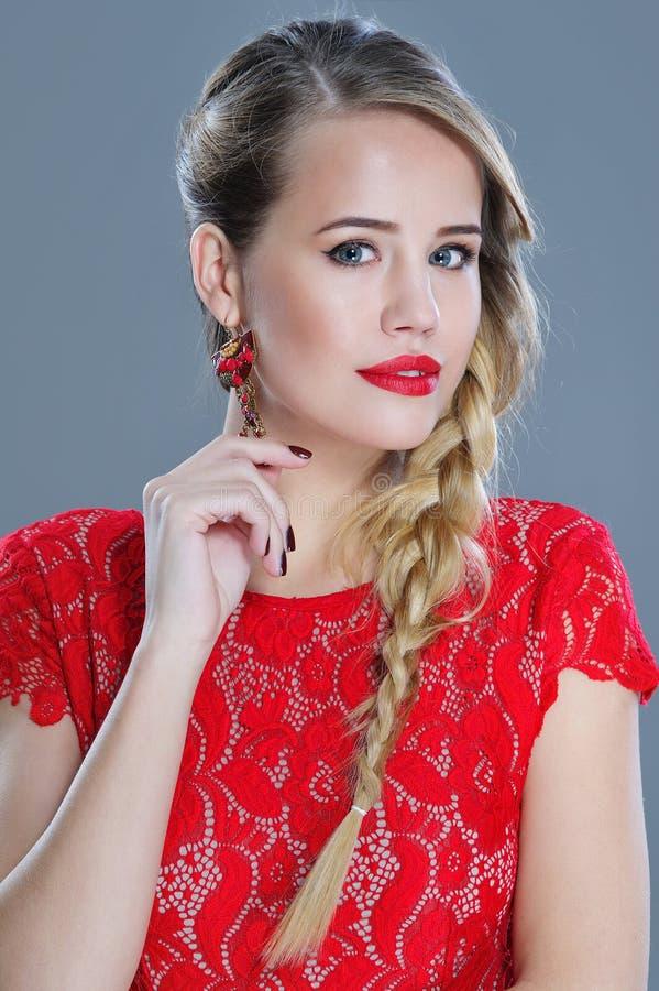 De close-upportret van de maniervrouw met rode lippenstift royalty-vrije stock foto