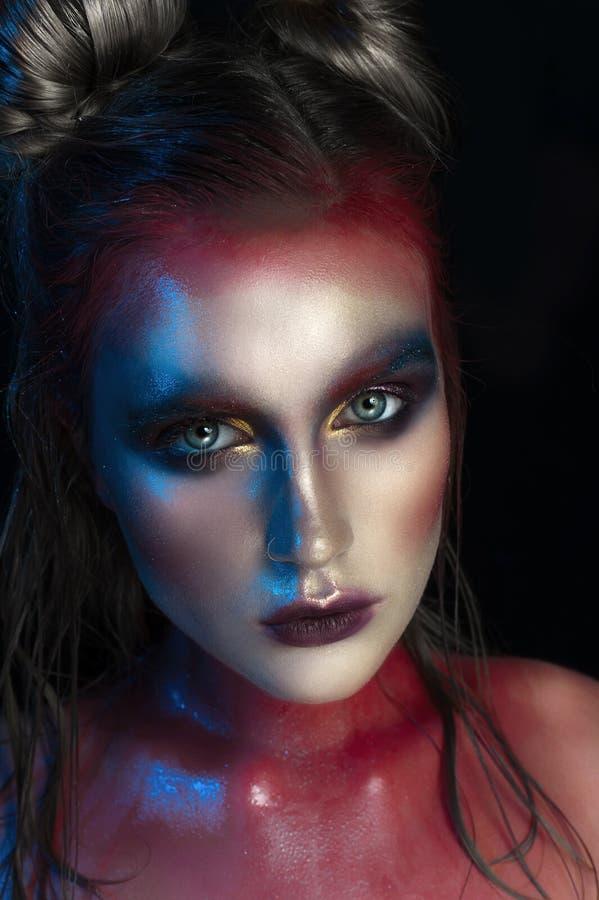 De close-upportret van de schoonheid van mooi vrouwen modelgezicht met magische creatieve manier multicolored samenstelling Gezic stock afbeelding