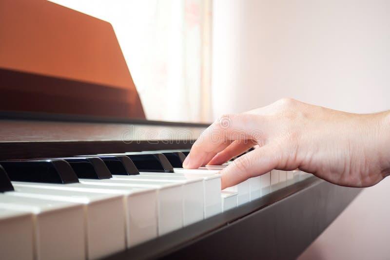 De close-upvrouw overhandigt het spelen piano Muziek en kunstachtergrond stock afbeelding