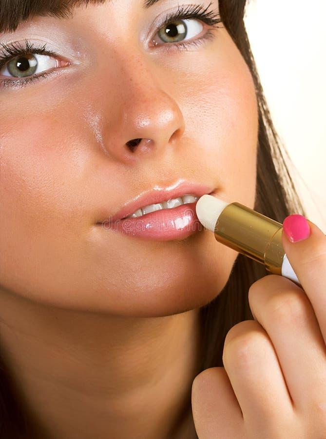 De close-upvrouw polijst lippen royalty-vrije stock afbeelding