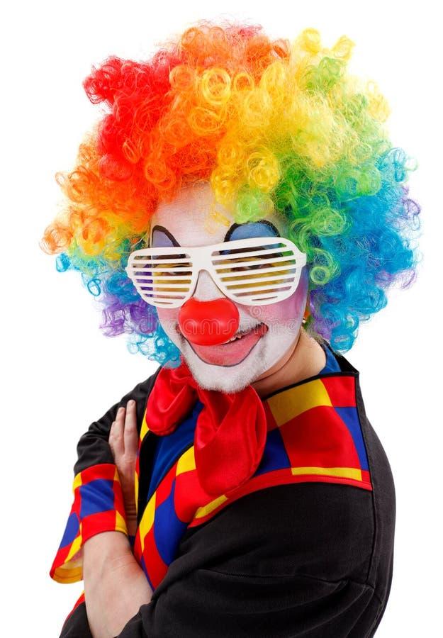 De clown met wit grappig blind stelt zonnebril in de schaduw stock afbeelding