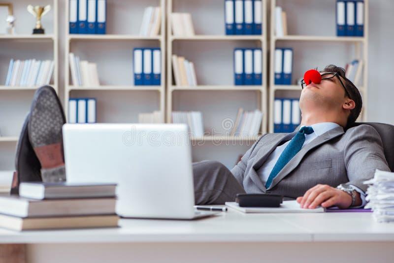 De clownzakenman vermoeide slaperig in het bureau royalty-vrije stock fotografie