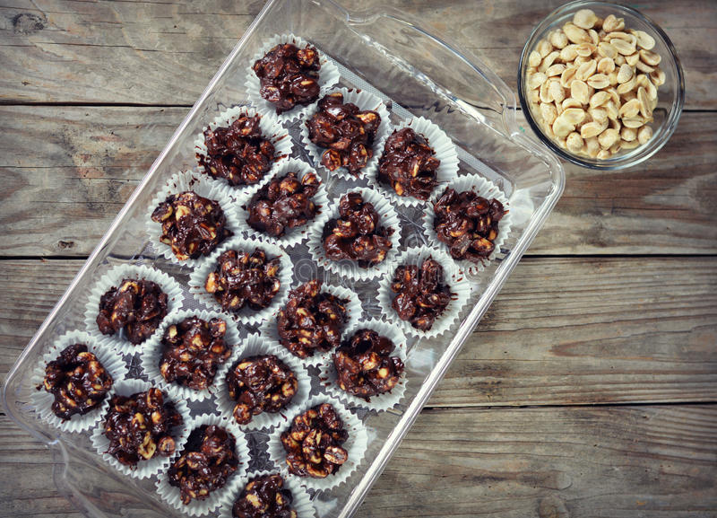 De Clusters van de chocoladenoot stock foto's