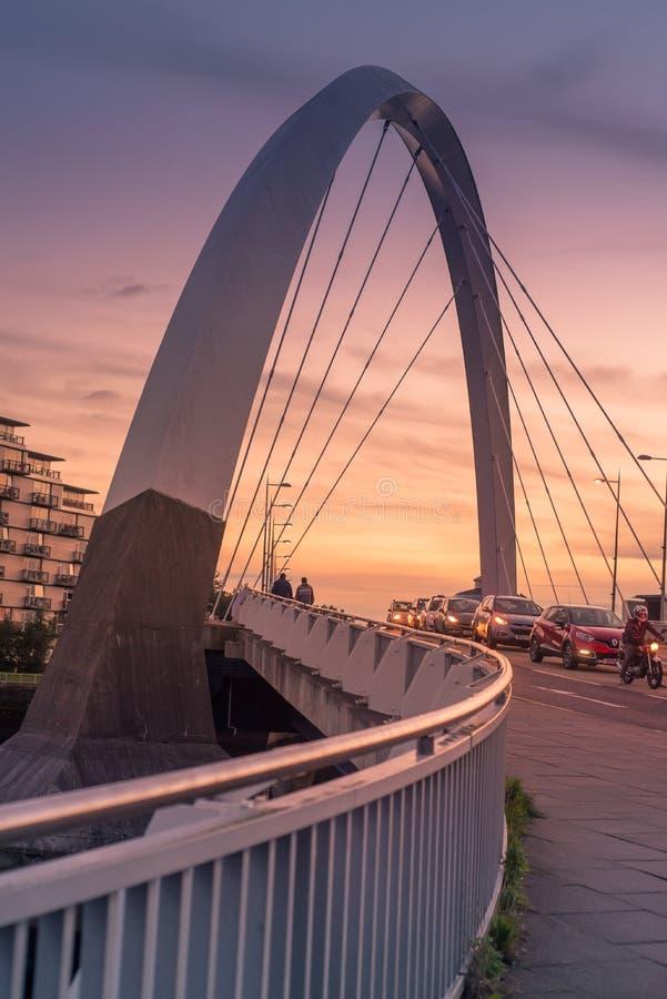 De Clyde Arc-brug bij zonsondergang stock afbeeldingen