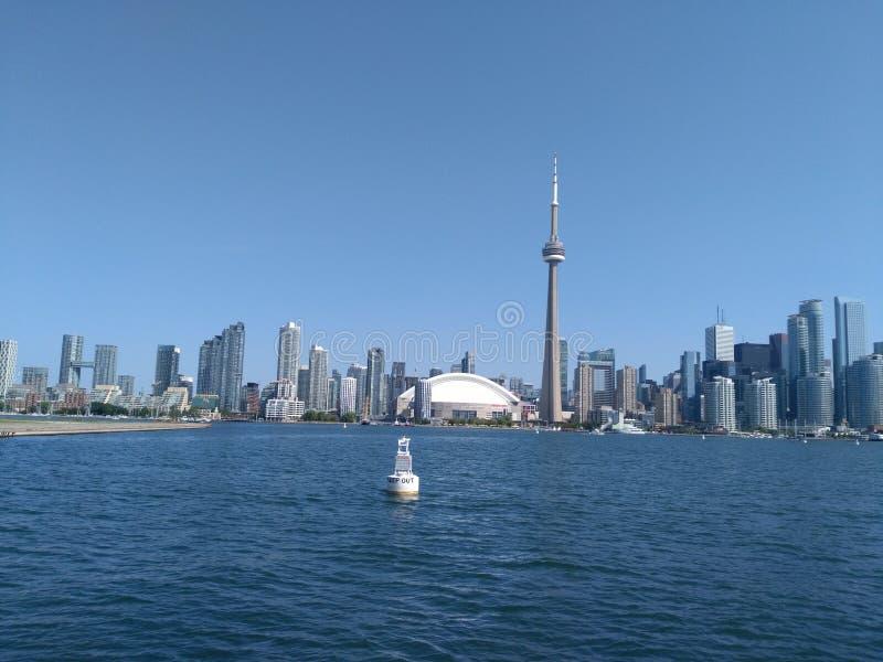 De CN toren bevindt zich in de blauwe hemel royalty-vrije stock afbeeldingen
