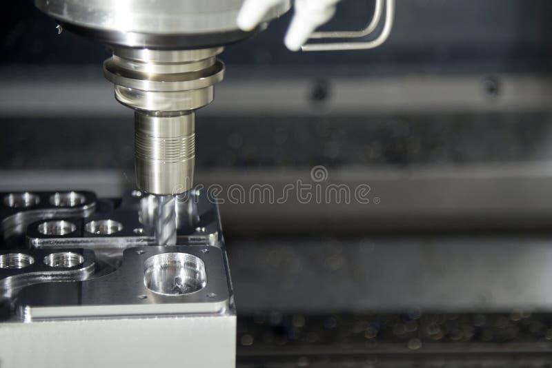 De CNC malenmachine die het steekproefdeel snijden stock afbeelding