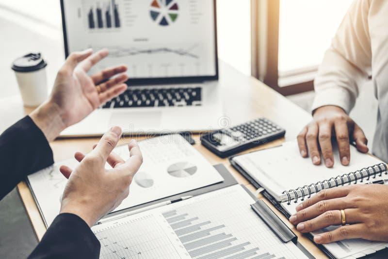 De co-werkende vergadering Bedrijfs van Team Consulting de Analyseinvestering van de Planningsstrategie en het bewaren van concep stock afbeelding