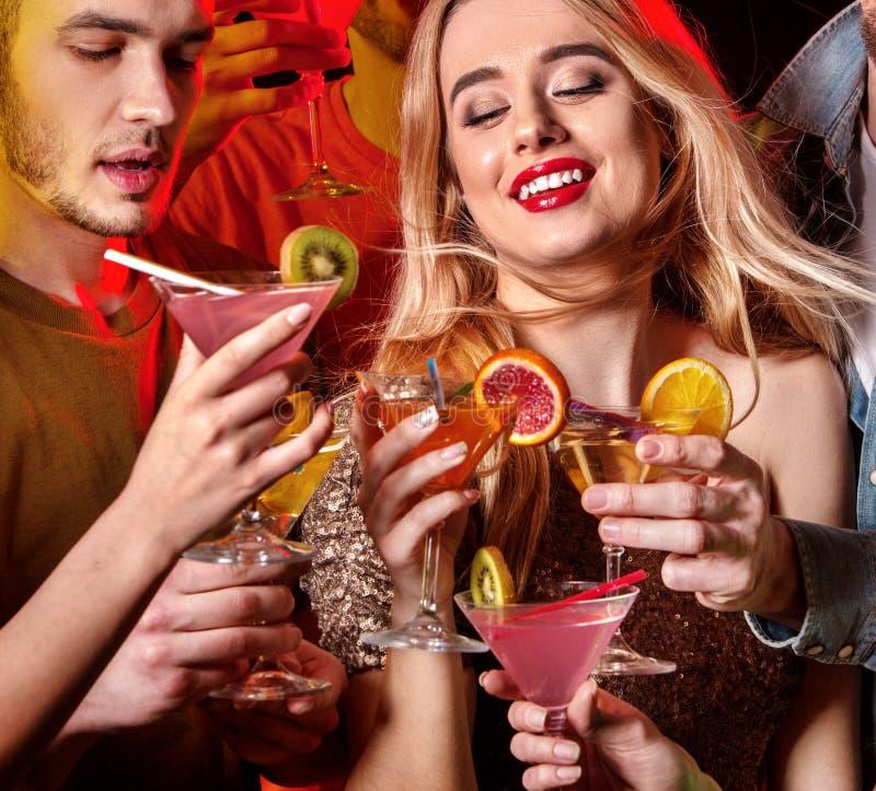 Download De Cocktail Party Met Groepsmensen Die En Drinkt Cocktail Dansen Stock Afbeelding - Afbeelding bestaande uit disco, partij: 107706385