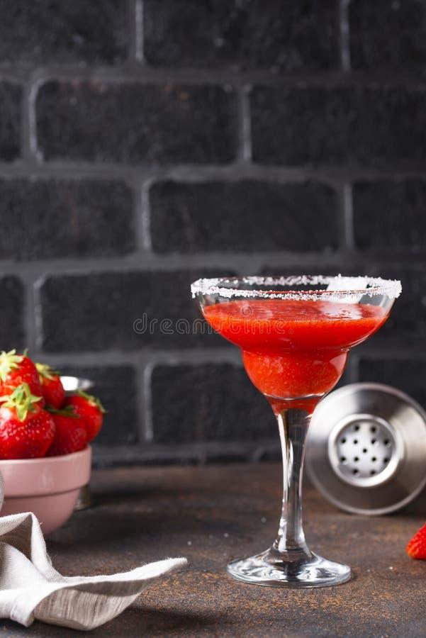 De cocktail van aardbeimargarita in glas royalty-vrije stock afbeelding