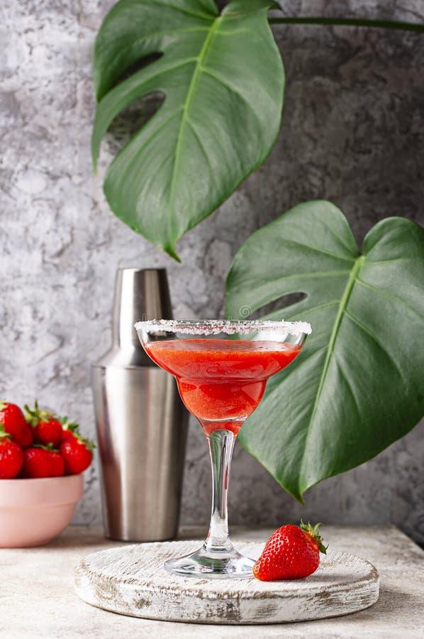 De cocktail van aardbeimargarita in glas royalty-vrije stock fotografie