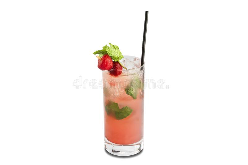 De cocktail van aardbeimojito op witte achtergrond wordt ge?soleerd die stock foto