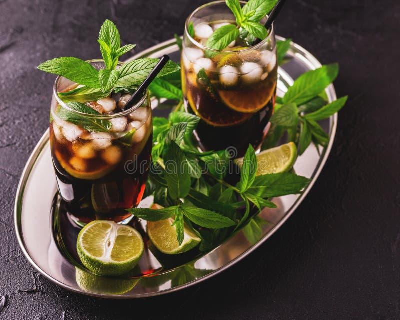 De cocktail van Cuba Libre met kola, kalk, rum en pepermunt royalty-vrije stock fotografie