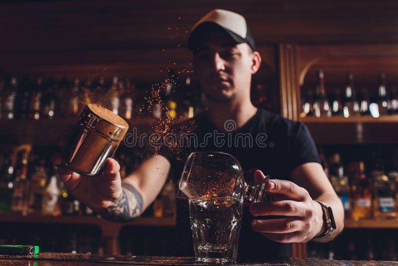 De cocktail van het brandijs met munt en kaneel royalty-vrije stock afbeelding
