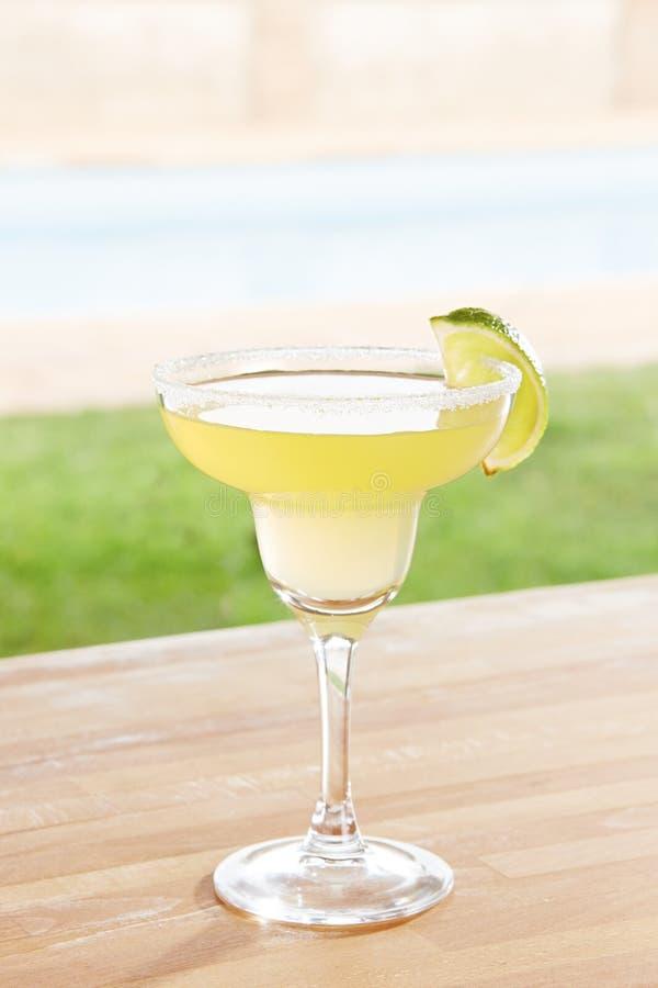 De cocktail van Margarita door een pool in openlucht stock afbeelding