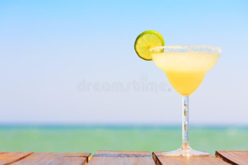 De cocktail van Margarita op de houten pijler Concept klassieke drank stock afbeelding