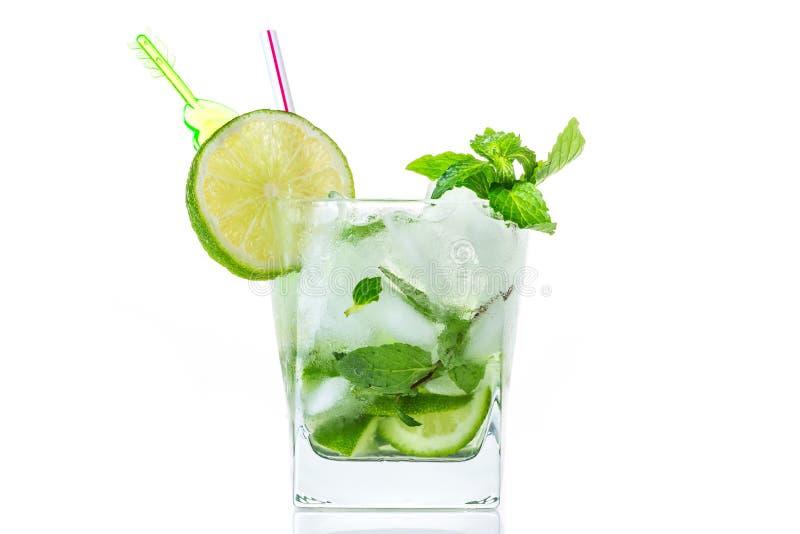 De cocktail van Mojito op witte achtergrond royalty-vrije stock afbeeldingen