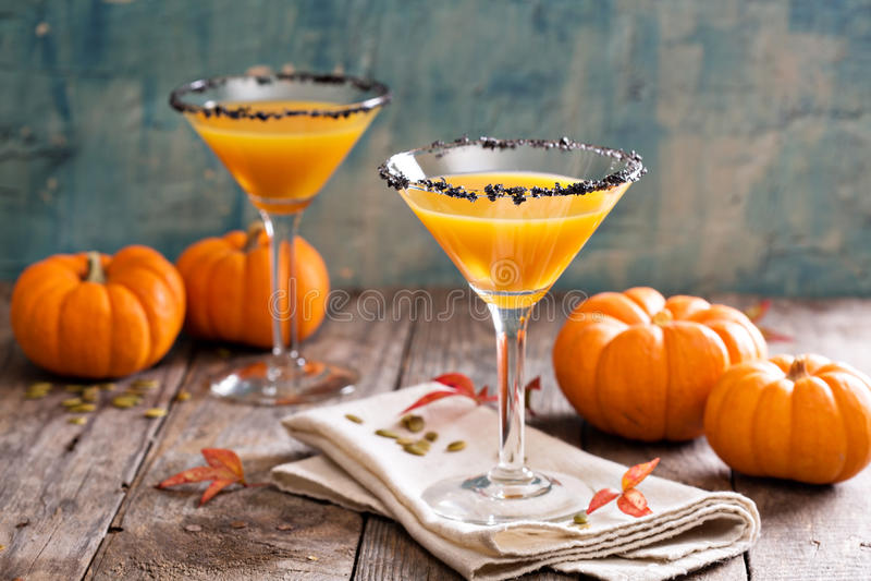 De cocktail van pompoenmartini met zwarte zoute rand royalty-vrije stock afbeeldingen