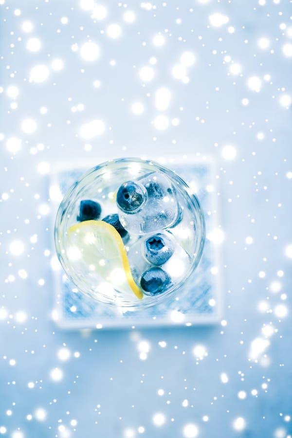 De cocktail van de de wintervakantie met ijs en gloeiende sneeuw op achtergrond, het menurecept van de Kerstmistijd royalty-vrije stock afbeelding
