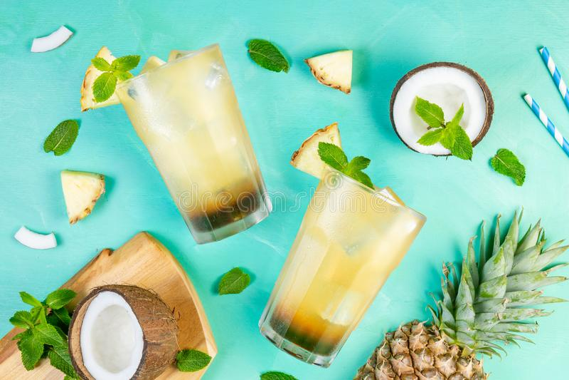 De cocktail van de de zomerkoffie met kokosnoot en ananas royalty-vrije stock foto's