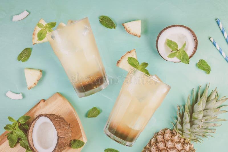 De cocktail van de de zomerkoffie met kokosnoot en ananas royalty-vrije stock fotografie