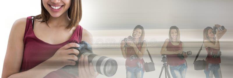 De collage van de fotograafvrouw tegen vage achtergrond royalty-vrije stock foto
