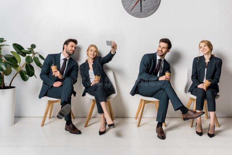 de collage van glimlachende jonge bedrijfsmensen met smartphone en document vormt het wachten op stoelen tot een kom stock fotografie