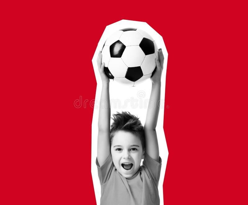 De collage van de tijdschriftstijl van van de het jonge geitjespeler van de sportjongen de bal die van het de greepvoetbal het ge royalty-vrije stock afbeelding