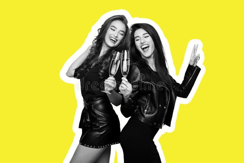 De collage van de tijdschriftstijl van twee gelukkige vrienden met champagne stock fotografie