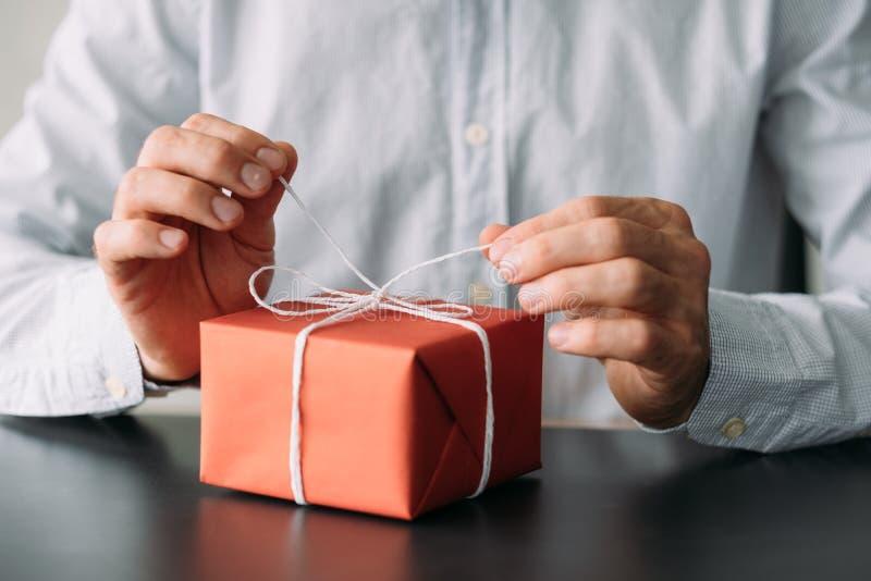 De collectieve doos van de van de bedrijfs verjaardagspartij mensen rode gift stock afbeeldingen